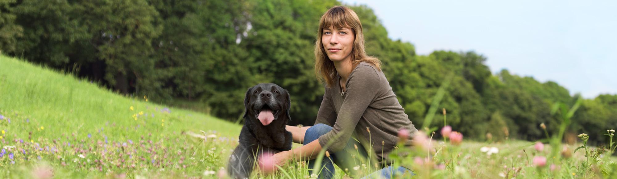 media/image/header-mitarbeiterin-hund.jpg